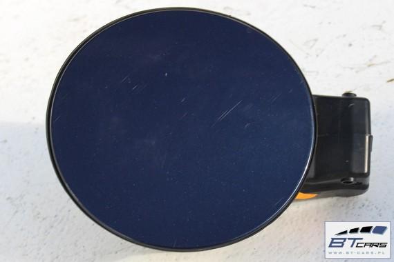 VW POLO SEDAN KLAPKA WLEWU PALIWA LH5X 6RU809857 6R 6C 6RU 809 857 + korek Kolor: LH5X - niebieski (night blue metallic)